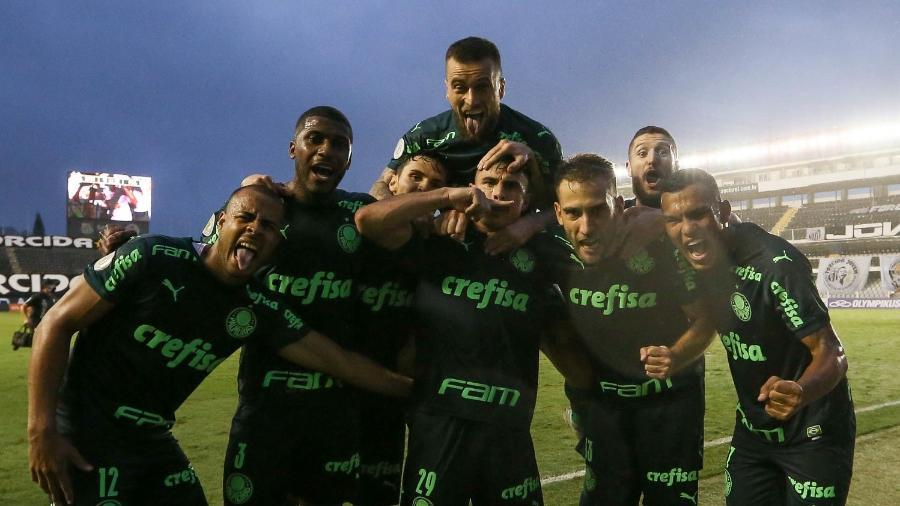 Jogadores do Palmeiras comemoram o gol marcado contra o Santos, na Vila Belmiro - Cesar Greco