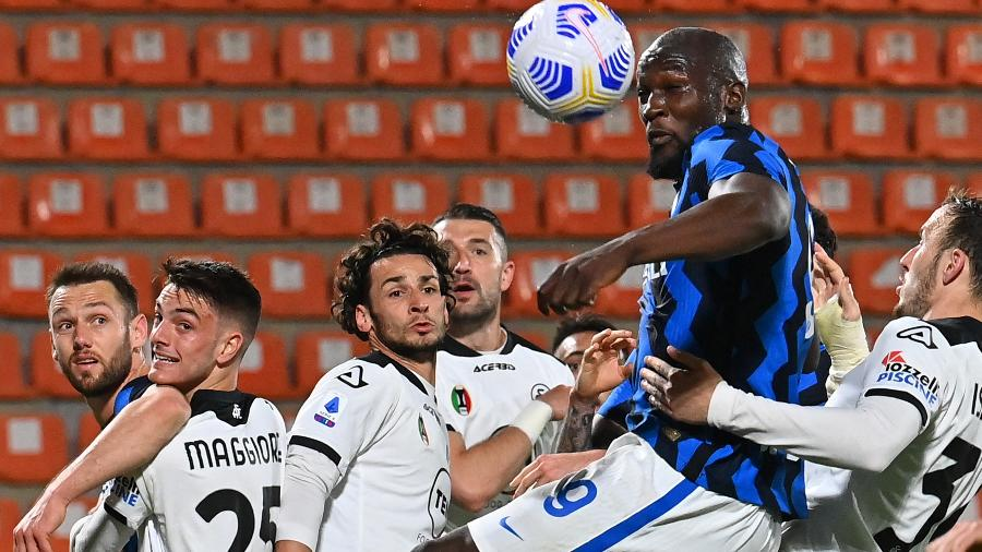 Lukaku disputa a bola com a defesa do Spezia em jogo do Campeonato Italiano - ANDREAS SOLARO/AFP