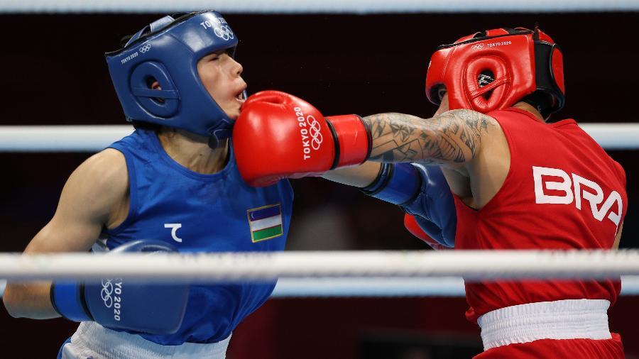 Brasileira Beatriz Ferreira golpeia Raykhona Kodirova durante luta das Olimpíadas de Tóquio - Carl Recine/Reuters