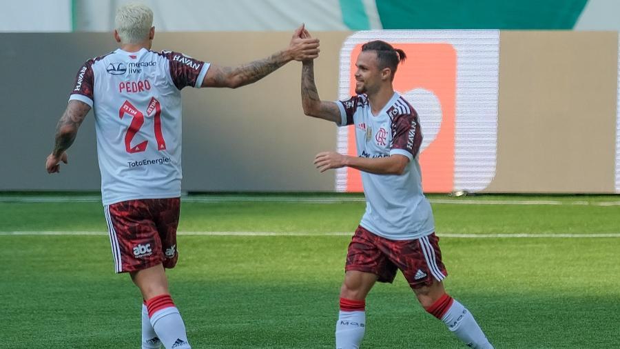 Michael cumprimenta Pedro, ao marcar o gol de empate do Flamengo diante do Palmeiras - Marcello Zambrana/AGIF
