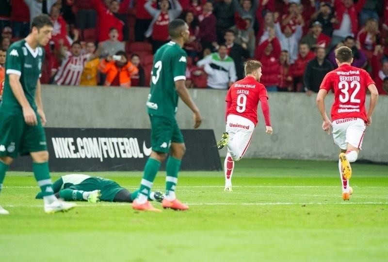 Eduardo corre em direção à torcida após marcar o gol da vitória do Inter sobre o Goiás, no Beira-Rio