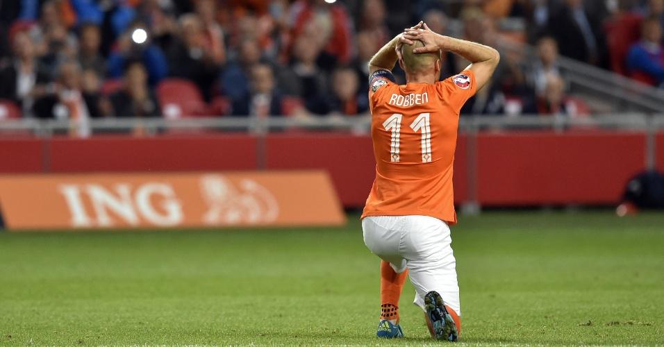 Robben lamenta durante a partida entre Holanda e Islândia