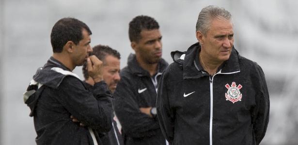 Tite observa treinamento da última terça-feira: preocupação no Corinthians