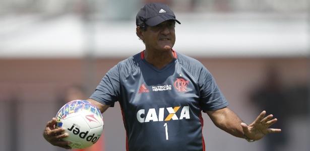 O técnico Muricy Ramalho comanda treinamento do Flamengo: fase light na Gávea