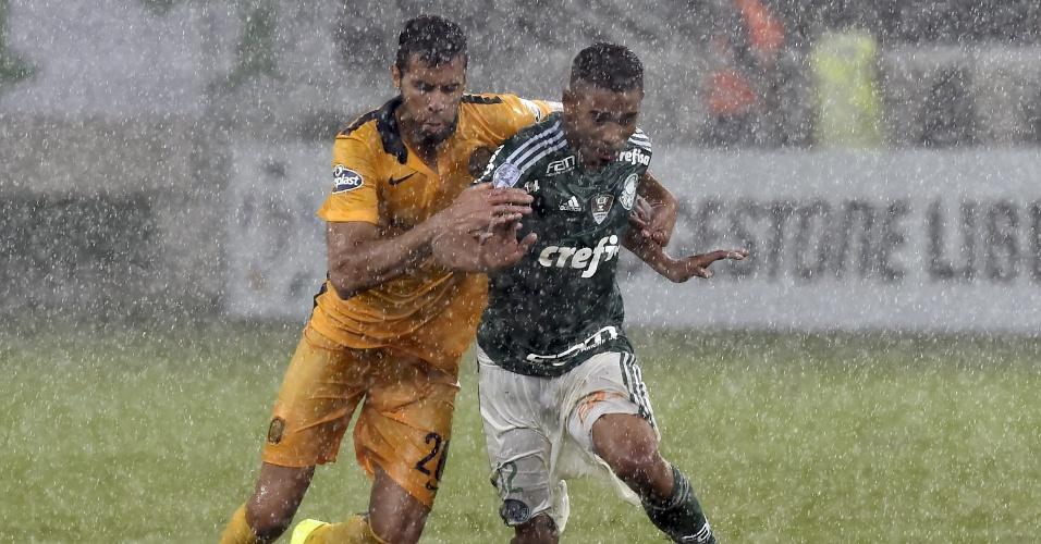 Gabriel Jesus disputa a bola para o Palmeiras no jogo contra o Rosario Central, na Libertadores