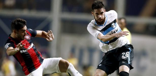 Marcelo Oliveira disputa bola com Ezequiel Cerutti, do San Lorenzo, na Libertadores  - REUTERS/Marcos Brindicci