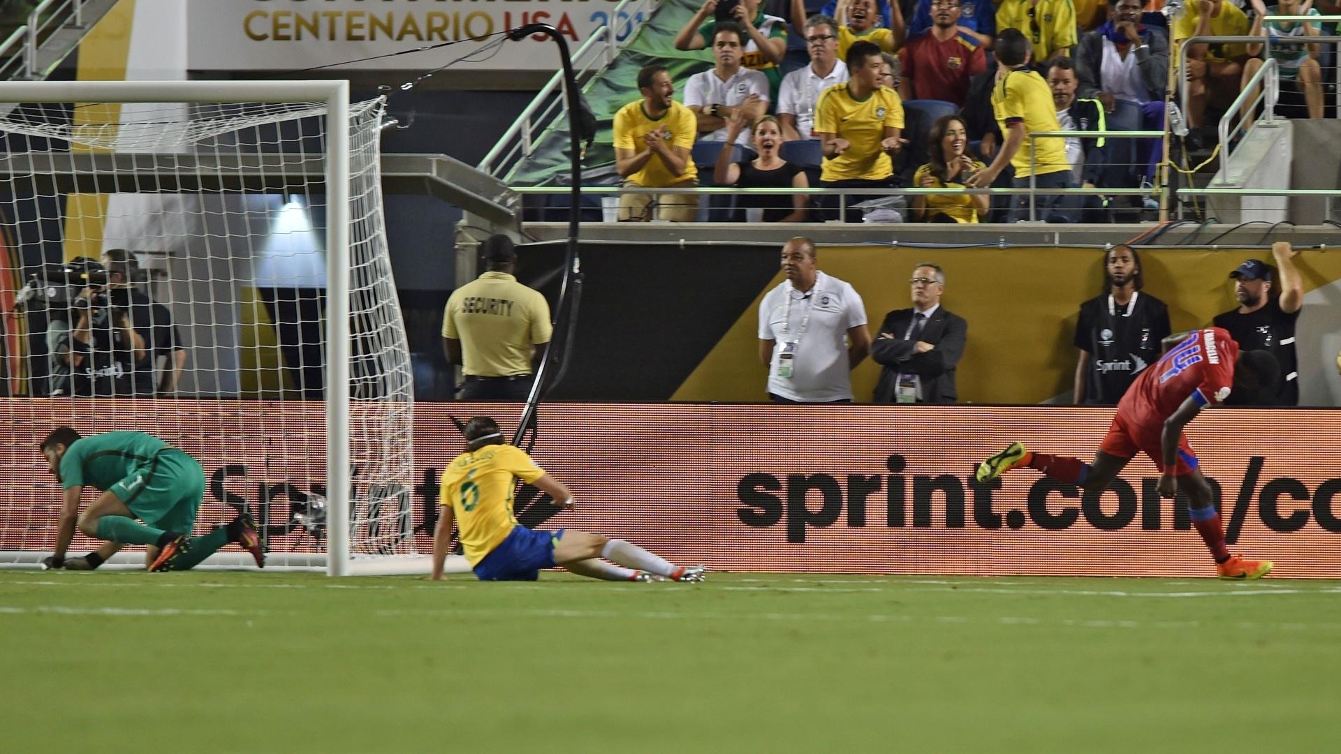 James Marcelin comemora gol de honra do Haiti diante do Brasil na Copa América