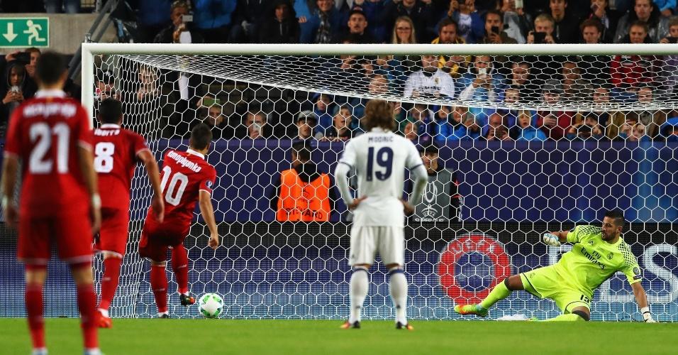 Em cobrança de pênalti, Yevhen Konoplyanka marca o segundo gol do Sevilla contra o Real Madrid