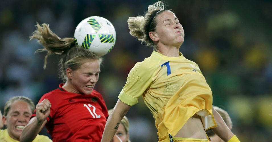 Tabea Kemme, da Alemanha, e Lisa Dahlkvist, da Suécia, na disputa da bola aérea