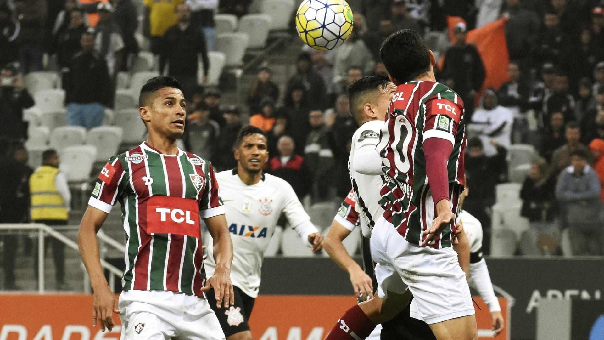 Cícero observa a bola durante jogo entre Fluminense e Corinthians