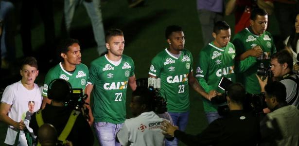 Jogadores da Chapecoense prestam homenagem no gramado da Arena Condá