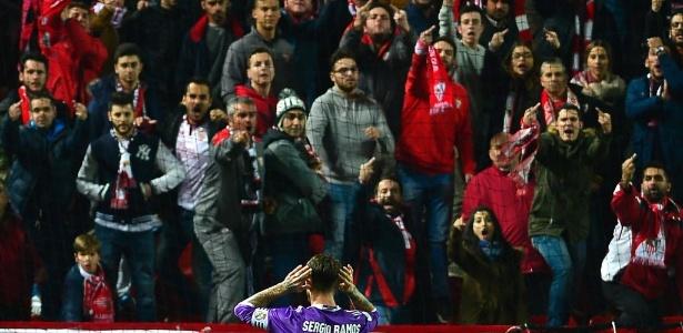 Momento em que Sergio Ramos responde às provocações da torcida do Sevilla