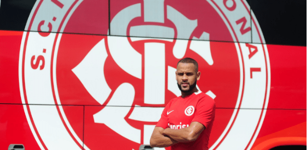 Carlinhos com a camisa do Internacional