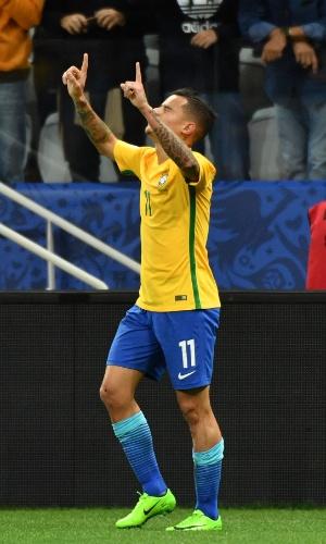 Philippe Coutinho comemora primeiro gol brasileiro contra o Paraguai