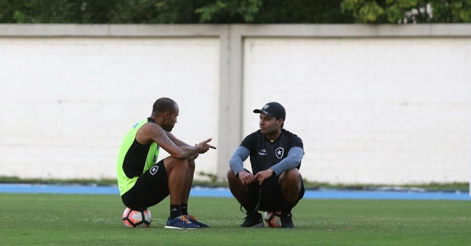 Roger conversa com o técnico do Botafogo, Jair Ventura