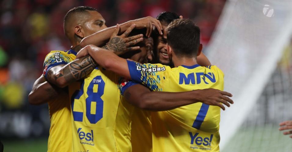 Jogadores do Flamengo comemoram gol marcado por Berrío em Flamengo x Coritiba pelo Campeonato Brasileiro