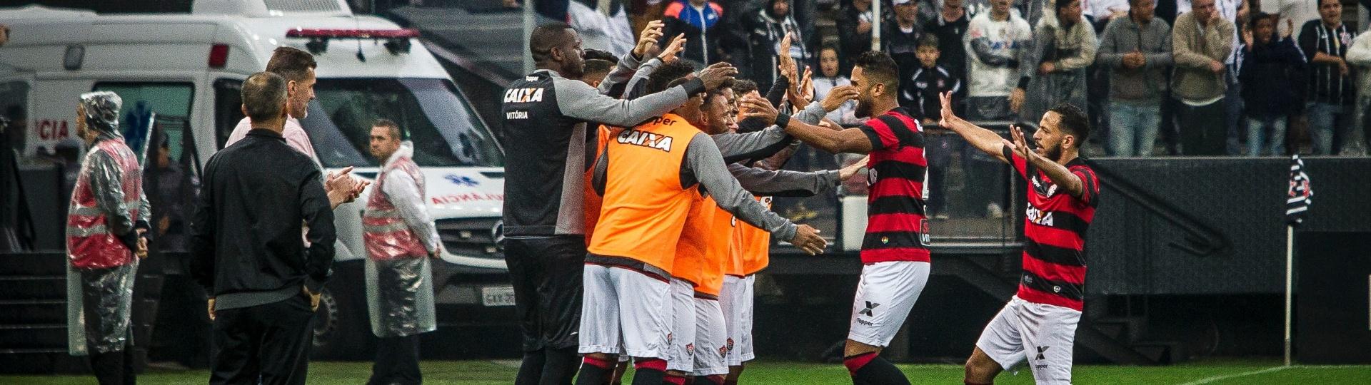 Jogadores do Vitória comemoram gol de Santiago Tréllez contra o Corinthians