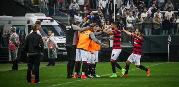 Jogadores do Vitória comemoram gol marcado por Tréllez contra o Corinthians