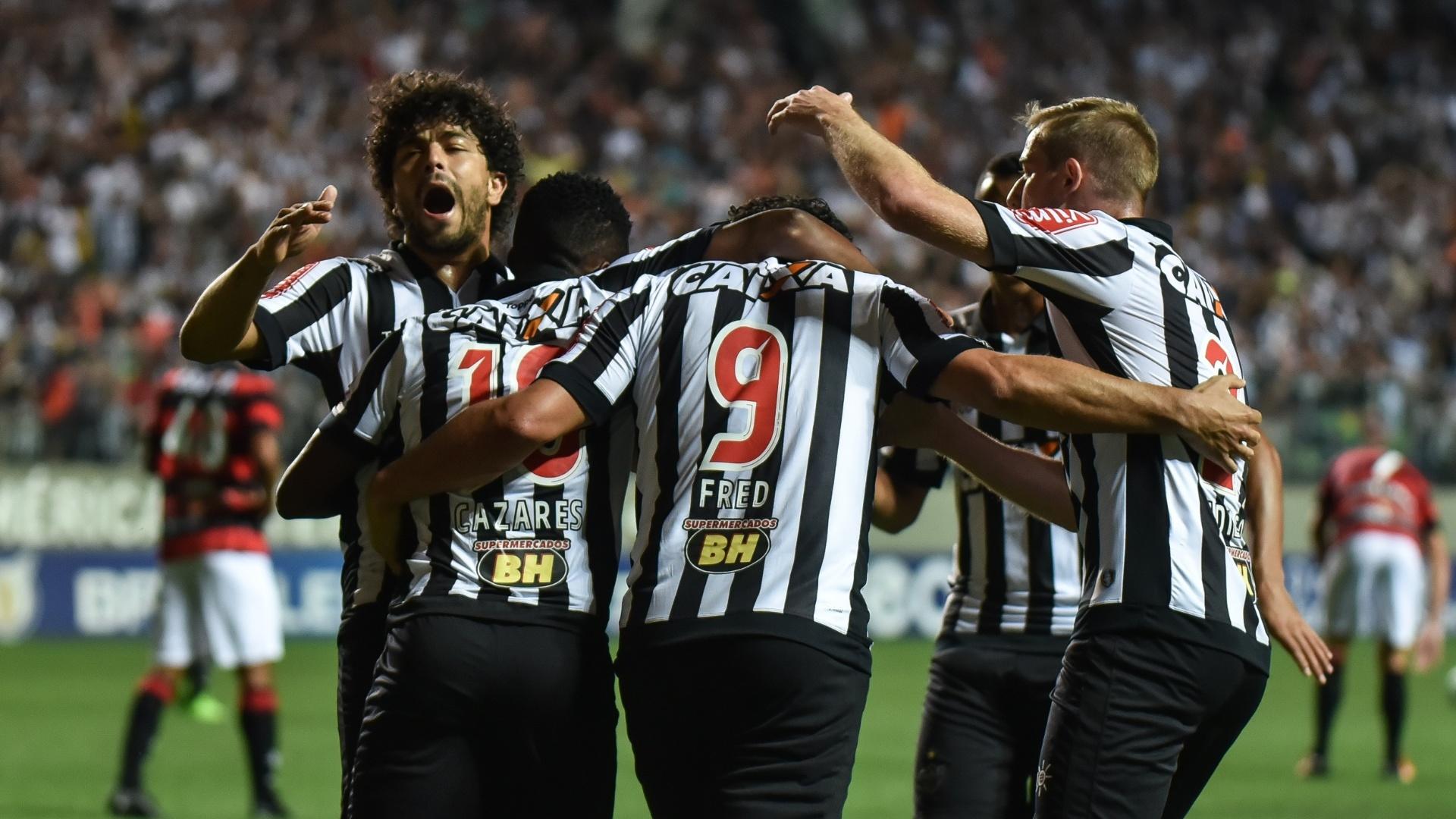 Cazares recebe os abraços dos companheiros após marcar pelo Atlético-MG contra o Vitória