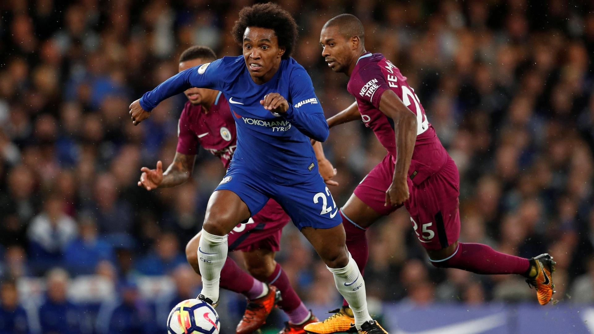 Willian tenta uma jogada para o Chelsea contra o Manchester City