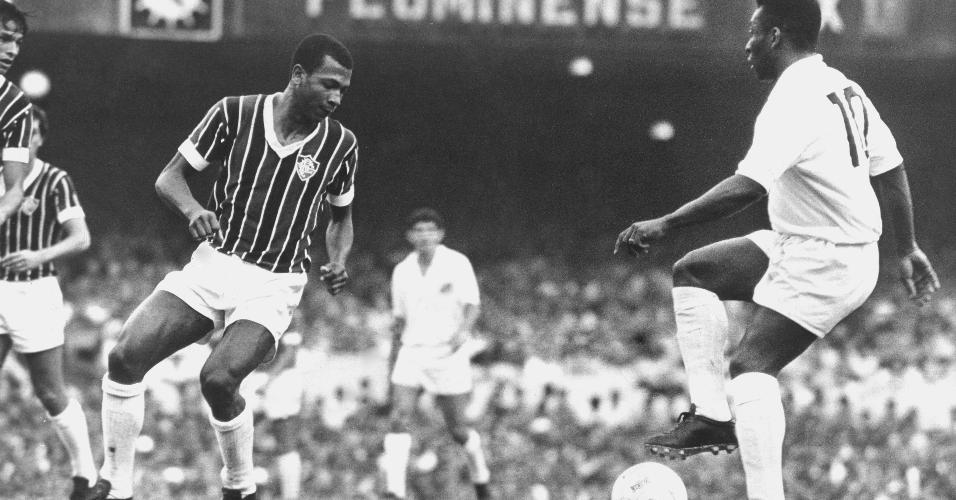 Pelé para diante de Cafuringa (Moacir Fernandes), do Fluminense, em jogo de 1969