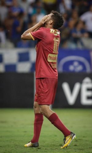 Gustavo Scarpa, fo Fluminense, lamenta durante partida contra o Cruzeiro