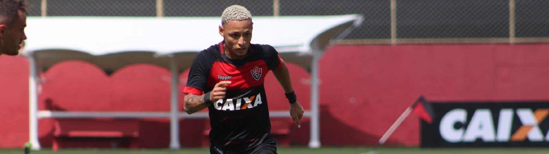 Neílton domina a bola para o Vitória contra o Ceará