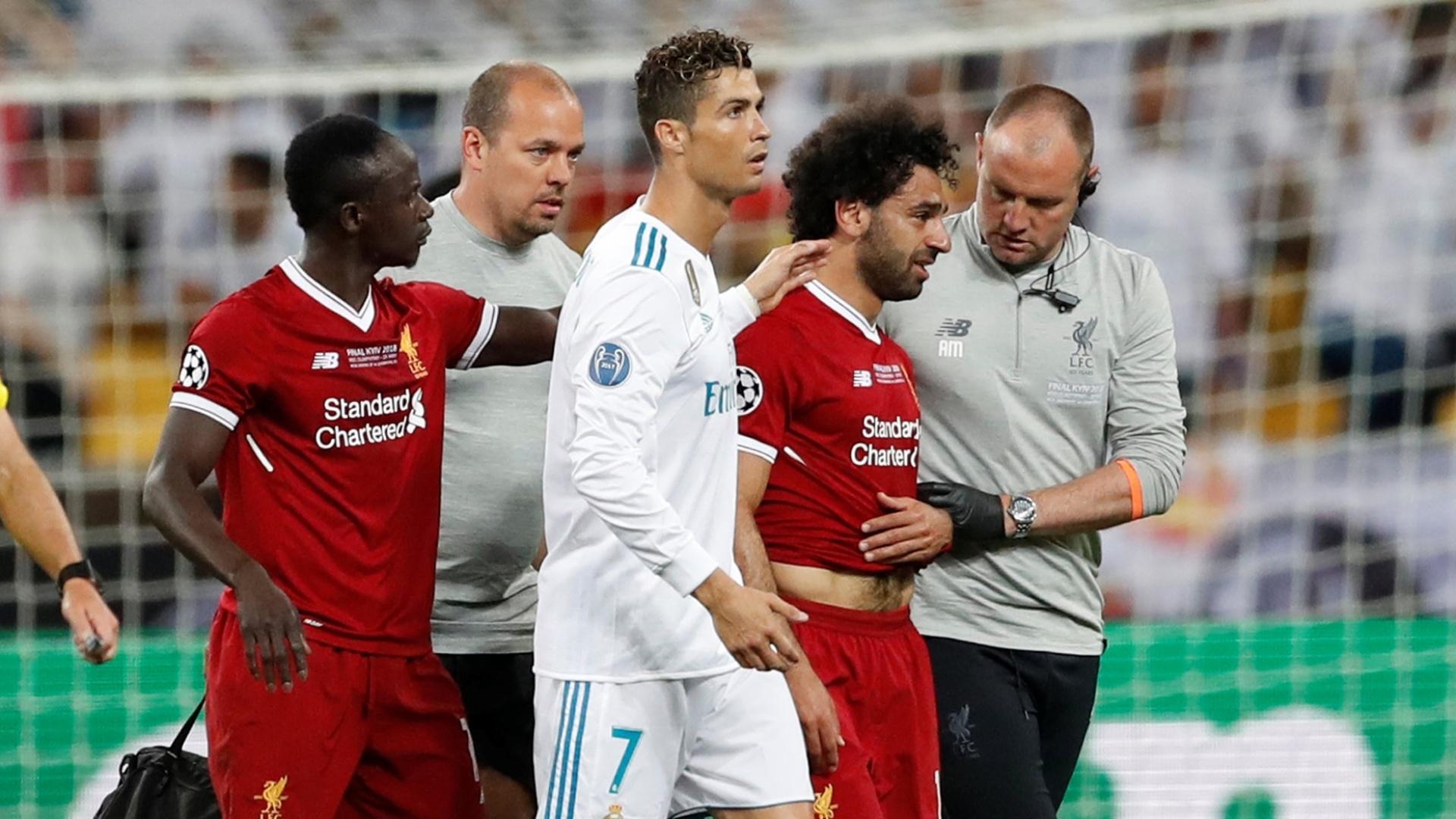 Salah é amparado por Cristiano Ronaldo após se lesionar