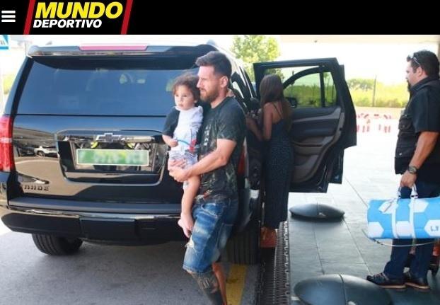 Messi volta a Barcelona após eliminação na Copa e férias no Caribe