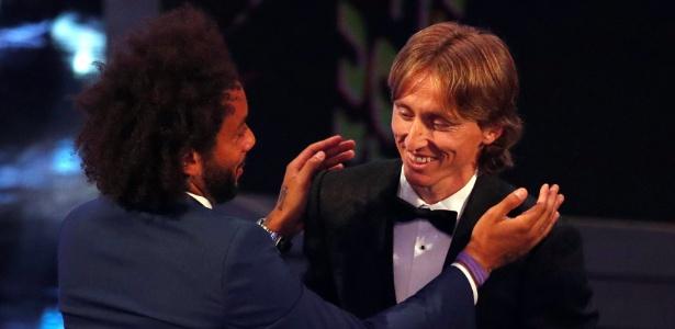 Modric é cumprimentado pelo companheiro Marcelo após ser eleito melhor do mundo - Reuters/John Sibley