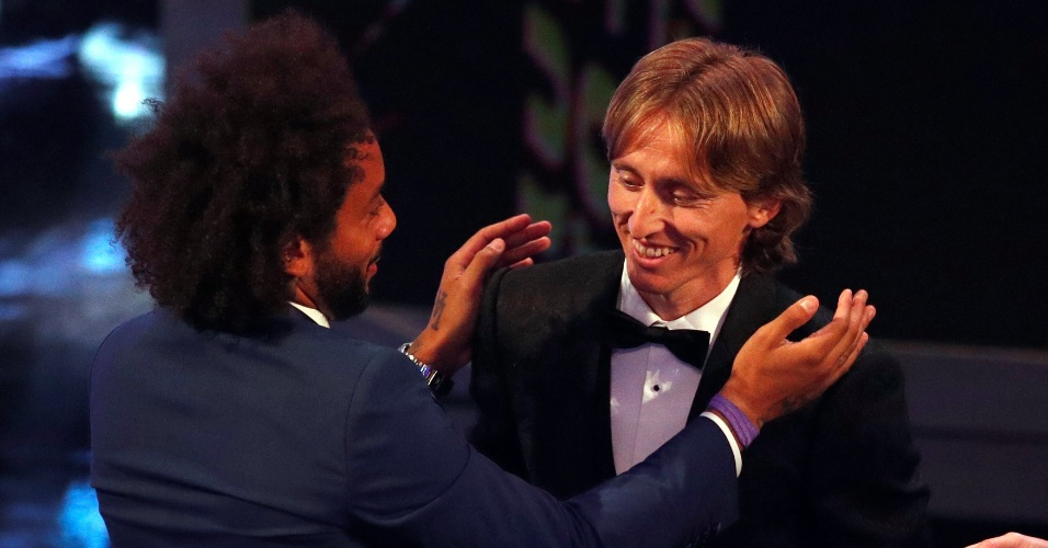 Marcelo cumprimenta Modric, vencedor do prêmio 'The Best'