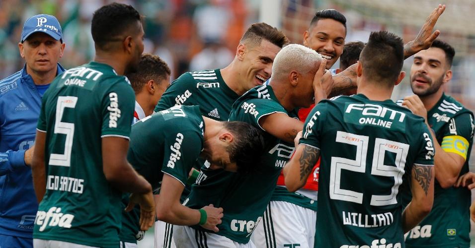 Deyverson comemora com a mão no olho após marcar pelo Palmeiras contra o Grêmio