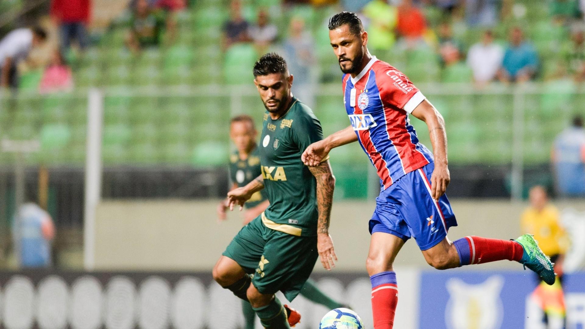 Jogadores disputam bola durante América-MG x Bahia