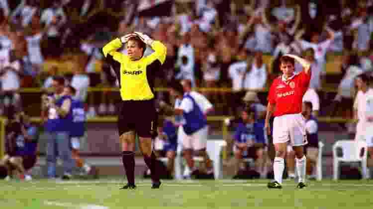 Mark Bosnich e Gary Neville lamentam na partida Vasco da Gama 3 x 1 Manchester United pelo Mundial de Clubes de 2000 - Matthew Ashton/EMPICS via Getty Images - Matthew Ashton/EMPICS via Getty Images