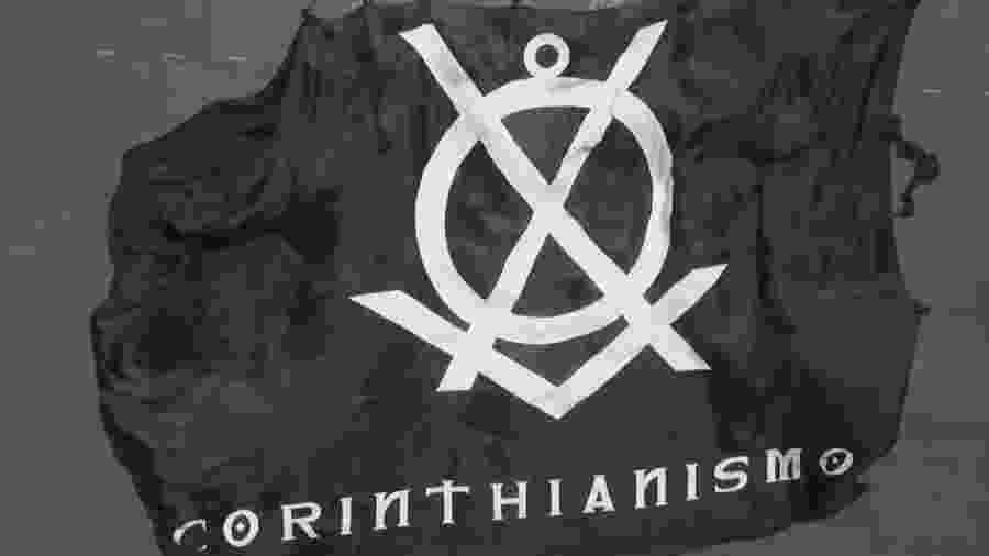 """Bandeirão confeccionado para exaltar o """"Corinthianismo"""" foi vetado nas arquibancadas por conta da série de críticas ao projeto - Reprodução"""
