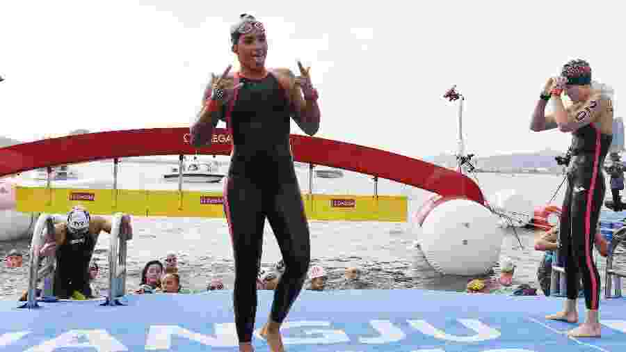 Ana Marcela Cunha celebra vitória na maratona aquática nos 5km - Tao Xiyi/Xinhua
