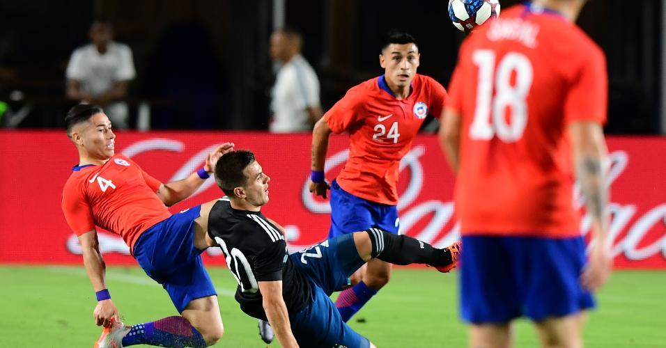 Lo Celso e Oscar Opazo disputam a bola em jogo amistoso