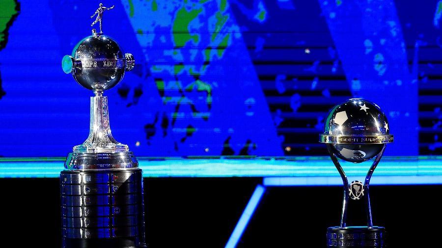 Taças da Copa Libertadores (esquerda) e da Copa Sul-Americana (direita) - REUTERS/Jorge Adorno