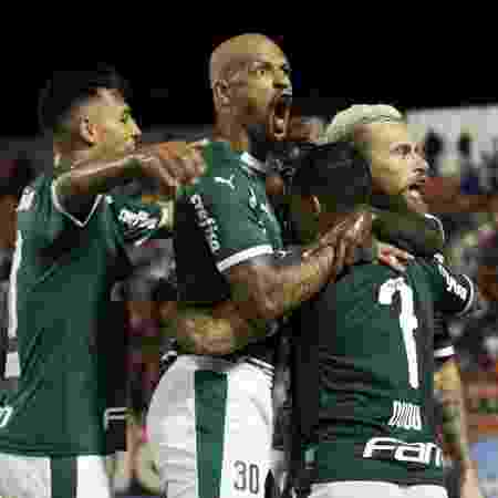 Lucas Lima, do Palmeiras, comemora seu gol junto com companheiros em partida contra o Ituano - Luciano Claudino/Estadão Conteúdo