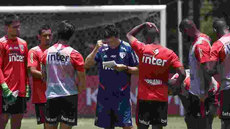 Fernando Diniz conversa com jogadores durante treino do São Paulo - Marcello Zambrana/AGIF