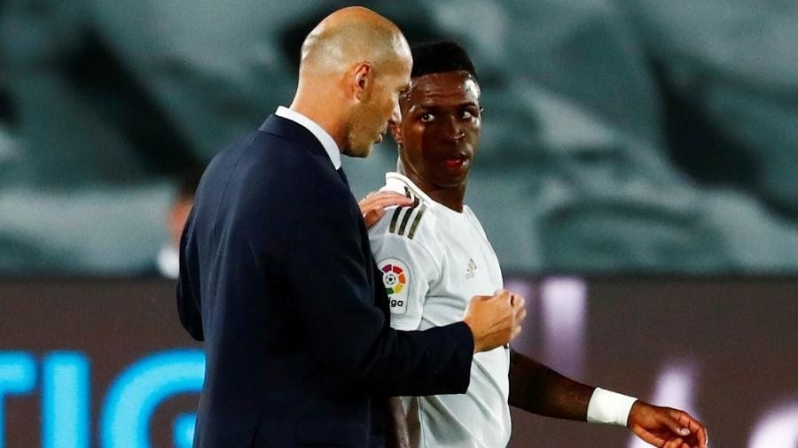 Vinícius Júnior recebe instruções do técnico Zinedine Zidane durante uma partida do Real Madrid - REUTERS/Susana Vera