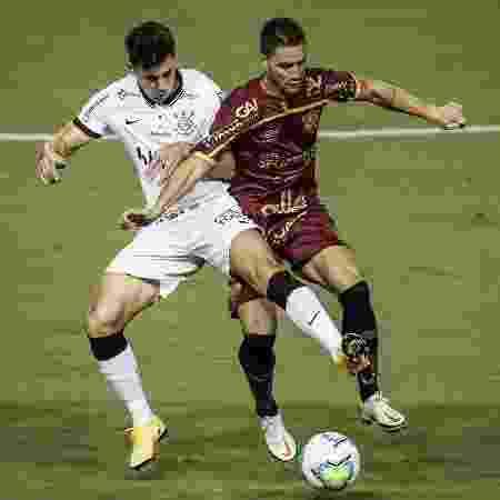 Danilo Avelar e Thiago Neves disputam bola durante Sport x Corinthians no Brasileirão 2020 - Paulo Paiva/AGIF