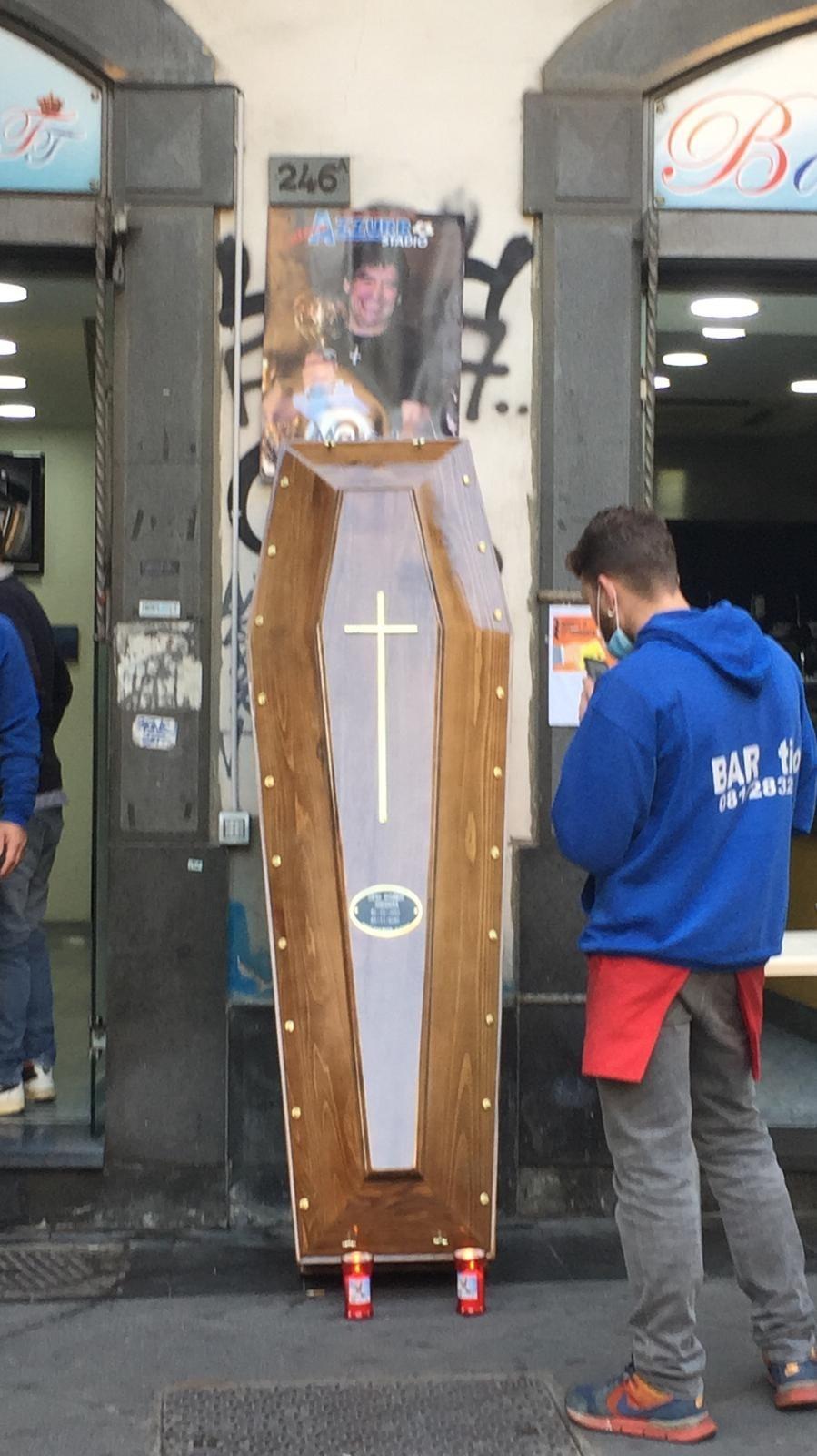 Caixão exposto nas ruas de Nápoles em homenagem a Maradona