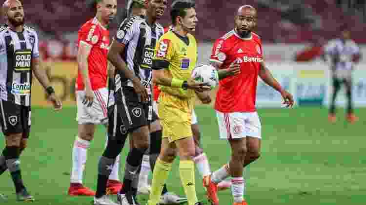Caio Max Viana fez péssima arbitragem no Beira-Rio e irritou jogadores de Inter e Botafogo - Fernando Alves/AGIF - Fernando Alves/AGIF