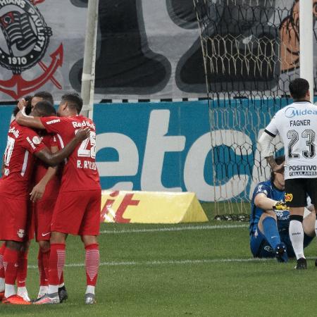 Claudinho e jogadores do RB Bragantino comemoram segundo gol marcado contra o Corinthians - Ettore Chiereguini/AGIF