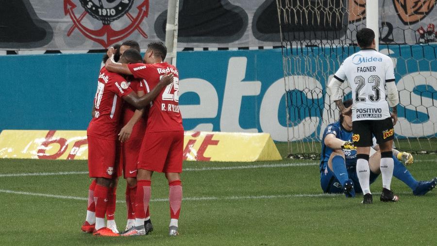 Claudinho e jogadores do RB Bragantino comemora segundo gol marcado contra o Corinthians - Ettore Chiereguini/AGIF