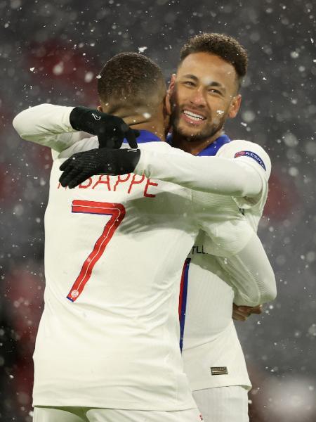 Neymar e Mbappé comemoram gol do PSG sobre o Bayern na Liga dos Campeões - Alexander Hassenstein/Getty Images