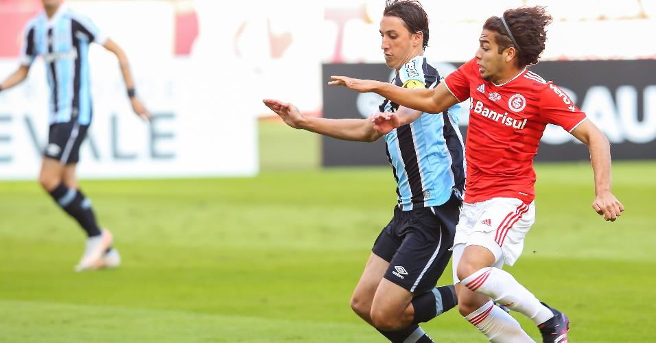Geromel e Nonato disputam bola no Grenal que decide o Gauchão de 2021