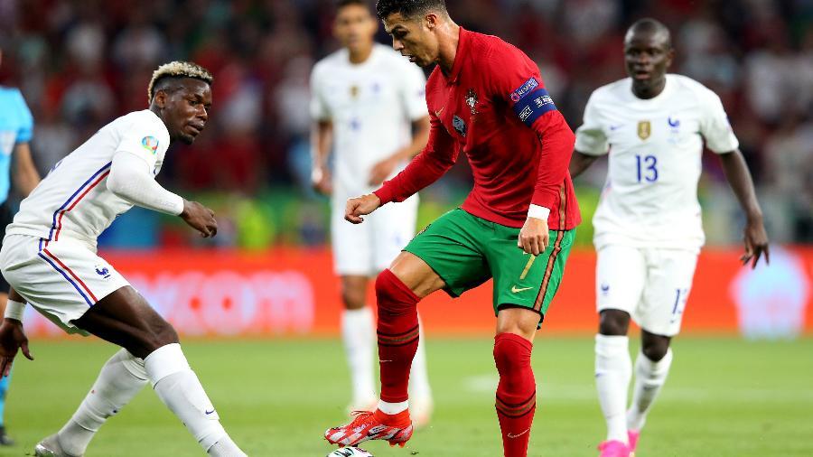 Cristiano Ronaldo e Pogba em ação durante Portugal x França, pela Eurocopa - UEFA via Getty Images
