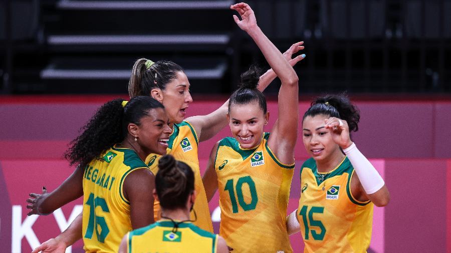 Jogadoras do Brasil celebram ponto contra o Japão no vôlei feminino, nos Jogos Olímpicos de Tóquio - Wander Roberto/COB